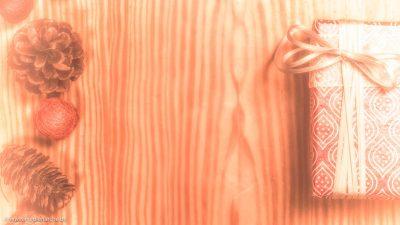 Eine Holzplatte mit einem Geschenk und Adventsdekoration