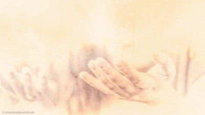 Nahaufnahme von im Gebet geöffneten Händen