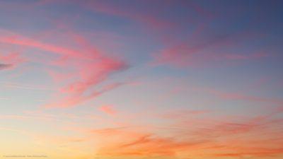 Lockere Federwolken im Licht der untergehenden Sonne.
