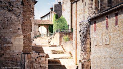 Eine alte Gebäudeanlage mit einer Treppe.