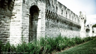 Eine alte Stadtmauer mit Verteidigungstürmen.
