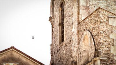 Eine alte verfallende Kirche, mit einer Taube.