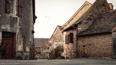 Ein altes romanisches Dorf mit aus Stein gemauerten Häusern.