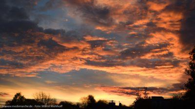 Ein wunderschön von der aufgehenden Sonne ausgeleuchteter Himmel