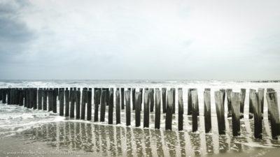 Eine von Wellen umspülte Holzbuhne