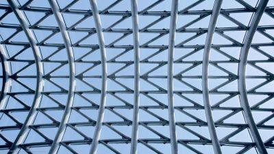 Eine Dachkonstruktion aus Stahl und Glas.