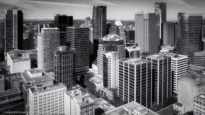 Blick von oben auf ein Stadtzentrum mit Wolkenkratzern.