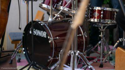 Ein Drumset auf einer Open-Air bühne, kurz vor dem Konzert