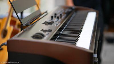 Ein E-Piano auf einer Open-Air Bühne kurz vor dem Konzert.
