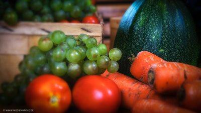 Unterschiedliches Obst und Gemüse, frisch geerntet.