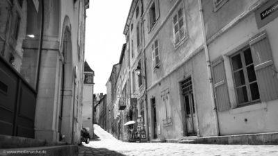 Eine malerische Gasse in einer französischen alten Stadt. Schwarz-weiß Fotografie.