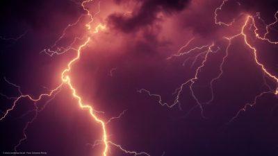 Blitze am Gewitterhimmel.