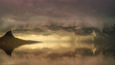 Eine Szene, wie aus einem Traum. Gewitterwolken und Blitze.