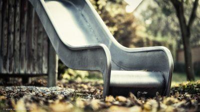 Eine triste, verlassene Rutsche im Herbst.