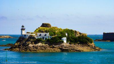 Eine idyllisch anmutende kleine Insel mit Leuchtturm