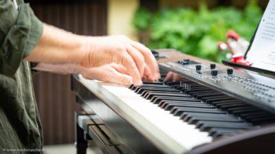 Aufnahme von Händen eines Pianisten in Aktion.