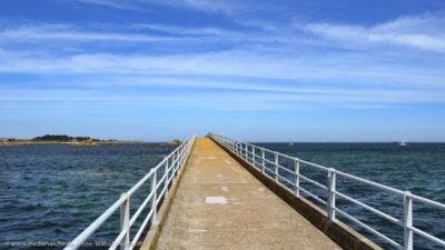 Ein scheinbar ins Unendliche gehende Brücke am Meer