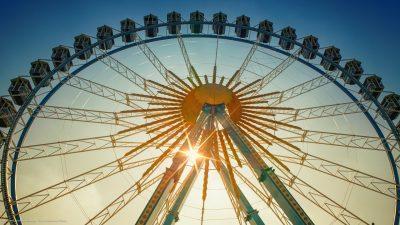 Ein Riesenrad im strahlenden Sonnenschein.