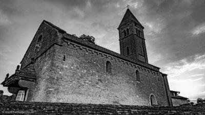 Aufnahme einer alten romanischen Kirche. Schwarz-weiß Fotografie.