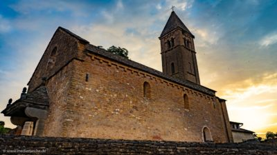 Aufnahme einer alten romanischen Kirche im Sonnenaufgang.