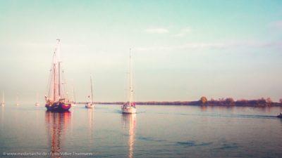Einige Segelboote auf dem Wasser, leichter Nebel am Morgen.