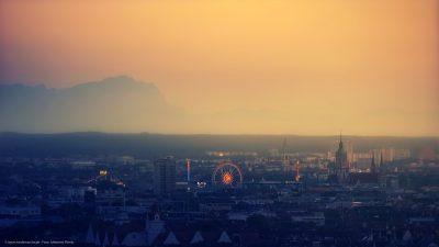 Blick auf die Häuserdächer einer Stadt in frühen Morgenstunden.