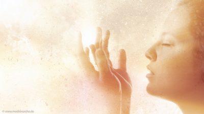 Aufnahme einer Gebet versunkenen Frau im Profil, einige Wasserfarben-Effekte.