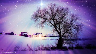 Ein hell leuchtender Stern in Form eines Kreuzes über einem Haus, aus dessen Fenstern Licht leuchtet.