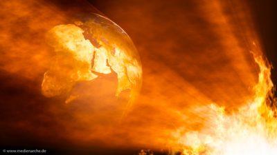 Ein loderndes Feuer, das eine Weltkugel erleuchtet.