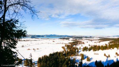 Blick von einem Berg auf eine malerische Winterlandschaft.