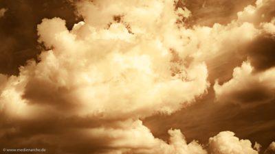 Eine Wolkenformation, die durch den starken Kontrast dramatisch wirkt.