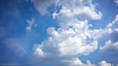 Ein blauer Sommerhimmel mit Wolken